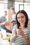 Кофе положительной девушки выпивая Стоковое фото RF
