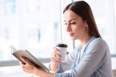 Кофе приятной женщины выпивая Стоковые Изображения