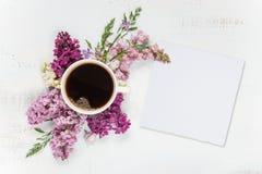 Кофе, различные цветки сирени и карточка белой бумаги Стоковые Фото