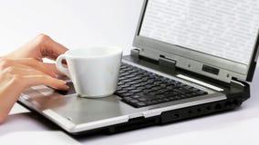 Кофе разлитый над работая тетрадью сток-видео