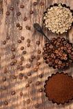 кофе различный Зеленый сырцовый кофе, земной кофе, зажаренные в духовке кофейные зерна Взгляд сверху Стоковое Фото
