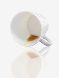 Кофе разлил вне от белой изолированной чашки, Стоковое Изображение