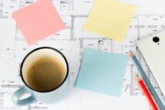 Кофе рисовал smartphone на проекте дома стоковые изображения