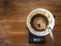 Кофе руки лить, метод заваривать кофе стоковые фотографии rf