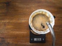 Кофе руки лить, метод заваривать кофе стоковая фотография rf