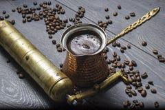 Кофе свежий и точильщик Стоковая Фотография
