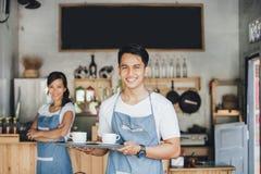 Кофе сервировки кельнера Стоковые Изображения RF