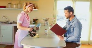 Кофе сервировки официантки к клиенту 4k акции видеоматериалы