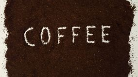 Кофе сказанный по буквам вне в земном кофе стоковые изображения rf