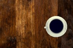 Кофе служил на старом деревянном столе r Пустой космос для копирования и вставки текста стоковое фото