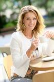Кофе современной привлекательной женщины выпивая outdoors Стоковое Изображение