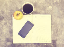 Кофе, сотовый телефон, яблоко и пустой дневник с карандашем Стоковое фото RF