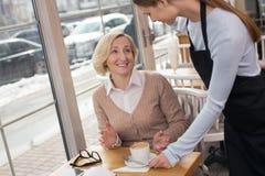 Кофе счастливой женщины выпивая в кафе Стоковое Фото