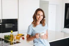Кофе счастливой молодой женщины выпивая Стоковые Фотографии RF