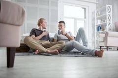 Кофе счастливых пар гомосексуалиста sipping Стоковые Изображения