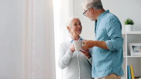 Кофе счастливых старших пар выпивая дома видеоматериал