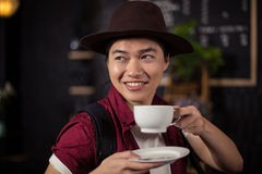 Кофе счастливого клиента выпивая Стоковое Изображение RF