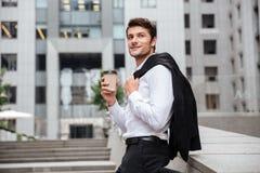 Кофе счастливого молодого бизнесмена выпивая в городе Стоковые Фото