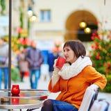 Кофе счастливой девушки выпивая в парижском кафе Стоковые Фотографии RF