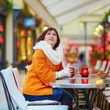 Кофе счастливой девушки выпивая в парижском кафе Стоковые Изображения RF