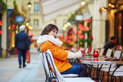 Кофе счастливой девушки выпивая в парижском кафе Стоковые Фото
