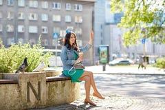 Кофе счастливой молодой женщины выпивая на улице города Стоковая Фотография
