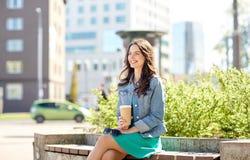Кофе счастливой молодой женщины выпивая на улице города Стоковая Фотография RF