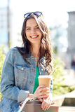 Кофе счастливой молодой женщины выпивая на улице города Стоковое Изображение RF