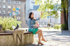 Кофе счастливой молодой женщины выпивая на улице города Стоковое Изображение