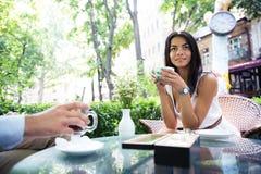 Кофе счастливой brautiful женщины выпивая Стоковая Фотография