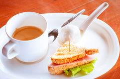 Кофе с варениками в сосиске balona сандвича сливк кокоса Стоковая Фотография RF