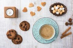 Кофе с взгляд сверху молока и печений стоковая фотография