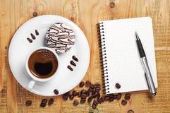 Кофе с вкусными печеньями и тетрадью Стоковое Изображение RF