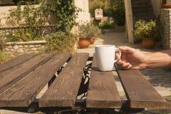 Кофе с зеленой предпосылкой природы Стоковая Фотография