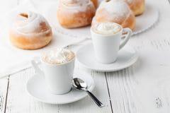 Кофе с круассанами и donuts Круассаны и donuts Конец-вверх зажаренная еда помадка завтрака Стоковое Изображение