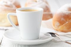 Кофе с круассанами и donuts Круассаны и donuts Конец-вверх зажаренная еда помадка завтрака Стоковое Изображение RF