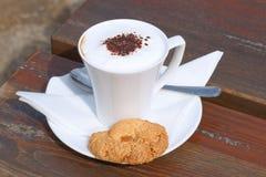 Кофе с молоком в чашке и торте Стоковое Изображение