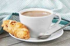 Кофе с молоком и круассаном Стоковое Изображение
