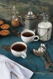 Кофе с молоком и домодельными печеньями овсяной каши Стоковые Фото