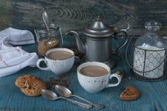 Кофе с молоком и домодельными печеньями овсяной каши Стоковые Изображения