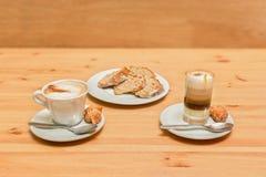 Кофе 2 с молоком и тортом губки Стоковое Фото