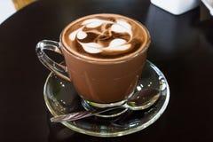 Кофе с ложкой на таблице деревянной стоковые изображения rf