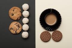 Кофе с печеньями и конфетами обломока шоколада Стоковая Фотография RF