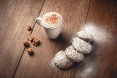 Кофе с печеньями и циннамоном стоковое фото