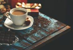 Кофе с разнообразием конфеты, шоколадного батончика и подарочной коробки Стоковое Изображение RF