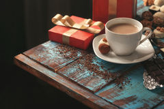Кофе с разнообразием конфеты, шоколадного батончика и подарочной коробки Стоковая Фотография RF
