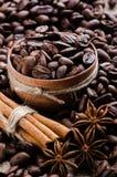 Кофе с ручками циннамона и анисовкой звезды стоковые фото