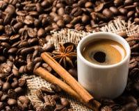 Кофе с ручками циннамона и анисовкой звезды стоковые фотографии rf