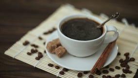 Кофе с циннамоном в белой чашке на таблице акции видеоматериалы
