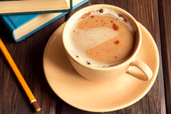 Кофе с циннамоном и книгами Стоковое Изображение RF